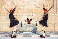 Evzone que guarda o túmulo de soldado desconhecido em Atenas vestiu-se no uniforme de serviço, refere os membros da guarda presid Imagens de Stock