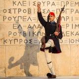 Evzone que guardaba la tumba del soldado desconocido en Atenas se vistió en uniforme de servicio foto de archivo libre de regalías