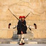 Evzone que guardaba la tumba del soldado desconocido en Atenas se vistió en uniforme de servicio imagen de archivo libre de regalías