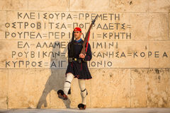 Evzone que guardaba la tumba del soldado desconocido en Atenas se vistió en uniforme de servicio imagenes de archivo
