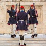 Evzone que guardaba la tumba del soldado desconocido en Atenas se vistió en uniforme de servicio imágenes de archivo libres de regalías