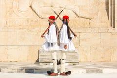 Evzone que guardaba la tumba del soldado desconocido en Atenas se vistió en uniforme de vestido lleno imagen de archivo libre de regalías