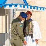 Evzone que guardaba la tumba del soldado desconocido en Atenas se vistió en uniforme de vestido lleno imagen de archivo