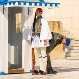 Evzone que guardaba la tumba del soldado desconocido en Atenas se vistió en uniforme de vestido lleno fotografía de archivo