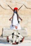 Evzone que guardaba la tumba del soldado desconocido en Atenas se vistió en uniforme de vestido lleno fotografía de archivo libre de regalías