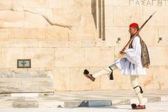 Evzone que guardaba la tumba del soldado desconocido en Atenas se vistió en uniforme de vestido lleno foto de archivo libre de regalías