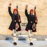 Evzone som bevakar gravvalvet av den okända soldaten i iklädd tjänste- likformig för Aten Fotografering för Bildbyråer