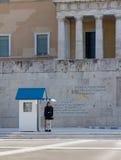 Evzone vakt framme av den grekiska parlamentet och tomben av den okända soldaten Royaltyfri Foto