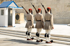 Evzones, μέλη της ελληνικής προεδρικής φρουράς, η οποία φρουρεί τον ελληνικό τάφο του άγνωστου στρατιώτη Στοκ Εικόνες