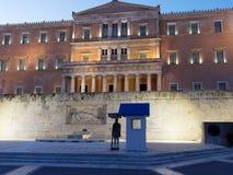 Evzones die Graf van Onbekende Militair, Grieks het Parlement Huis, Athene, Griekenland bewaken royalty-vrije stock afbeeldingen