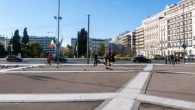 Evzones - guardie presidenziali di ceremonial nella tomba del soldato sconosciuto al Parlamento greco immagini stock