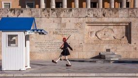 Evzones - guardie presidenziali di ceremonial nella tomba del soldato sconosciuto al Parlamento greco Fotografie Stock Libere da Diritti