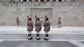 Evzones - le protezioni nazionali greche si avvicinano alla costruzione del Parlamento a Atene video d archivio