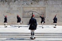 Evzones - prezydenccy ceremoniałów strażnicy w grobowu Niewiadomy żołnierz przy Greckim Parliamen, Zdjęcia Stock