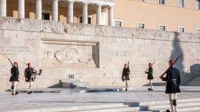 Evzones - protetores presidenciais do ceremonial no túmulo do soldado desconhecido no parlamento grego imagem de stock