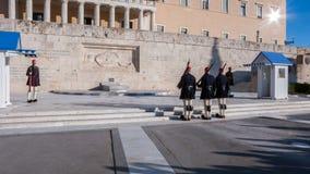 Evzones - protetores presidenciais do ceremonial no túmulo do soldado desconhecido no parlamento grego foto de stock royalty free