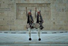 Evzones som bevakar gravvalvet av den okända soldaten, Aten, Grekland royaltyfri bild