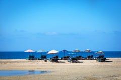 Ew海滩睡椅在海滩的一蓝天天Puerto Escondida在墨西哥 库存图片