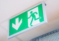 Ewakuacyjny wyjścia wnętrza znak obraz stock
