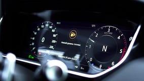 Ewidencyjny panel na samochodzie - zamyka w górę pustej benzyny, benzyna wymiernika junakowania deska w samochodzie z cyfrowym zn zdjęcie wideo