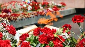 Ewige Flamme und Blumen zum Gedenken an den Sieg stock footage