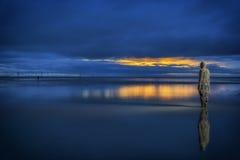 Ewige Uhr - Strandstatue bei Sonnenuntergang Stockbilder