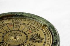 Ewiger Kalender nah oben auf weißem Hintergrund mit Kopienraum Lizenzfreies Stockbild