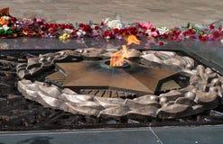 Ewiges Feuer auf dem Denkmal Stockfotos