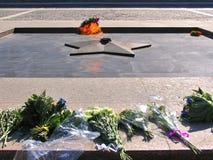 Ewiges Feuer mit gelegten Blumen auf Quadrat vor Museum in Victory Park auf Poklonnaya-Hügel Lizenzfreie Stockbilder