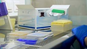 Exámenes del laboratorio de las muestras del plasma metrajes