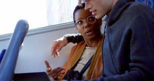 Exécutif femelle tenant le modèle architectural dans le bureau 4k banque de vidéos