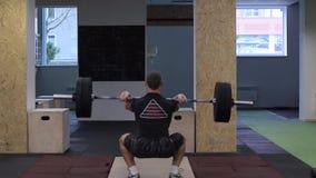 Exécution d'athlète de CrossFit propre - et - lancez l'exercice banque de vidéos