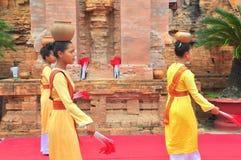 Exécution d'une danse folklorique traditionnelle de champa au temple de Ponagar dans Nha Trang photo stock
