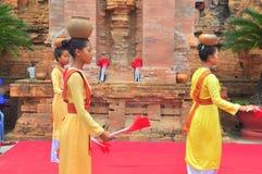 Exécution d'une danse folklorique traditionnelle de champa au temple de Ponagar dans Nha Trang images stock