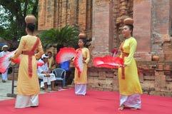 Exécution d'une danse folklorique traditionnelle de champa au temple de Ponagar dans Nha Trang photographie stock