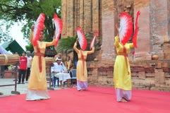 Exécution d'une danse folklorique traditionnelle de champa au temple de Ponagar dans Nha Trang photo libre de droits