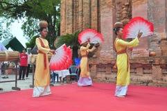 Exécution d'une danse folklorique traditionnelle de champa au temple de Ponagar dans Nha Trang photographie stock libre de droits