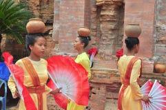 Exécution d'une danse folklorique traditionnelle de champa au temple de Ponagar dans Nha Trang image stock