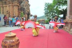 Exécution d'une danse folklorique traditionnelle de champa au temple de Ponagar dans Nha Trang photos stock