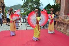 Exécution d'une danse folklorique traditionnelle de champa au temple de Ponagar dans Nha Trang image libre de droits