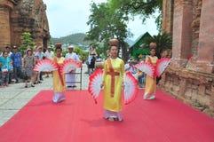 Exécution d'une danse folklorique traditionnelle de champa au temple de Ponagar dans Nha Trang photos libres de droits