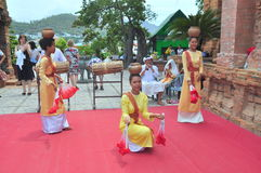 Exécution d'une danse folklorique traditionnelle de champa au temple de Ponagar dans Nha Trang images libres de droits