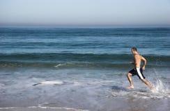 Exécution dans la plage photo stock