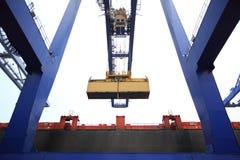 Exécution de conteneur dans le port Photos stock