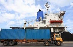 Exécution de conteneur dans le port Photographie stock libre de droits