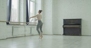 Exécution de danseur classique tournant dans le studio de danse banque de vidéos