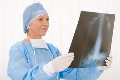 Exécution femelle de rayon X de prise de chirurgien aîné en général Photos libres de droits