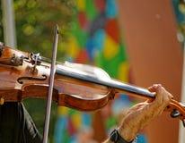 Exécution sur le violon photographie stock libre de droits