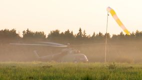Exército do russo Salto com paraquedas redondos Helicóptero MI 8 vídeos de arquivo