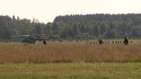Exército do russo Salto com paraquedas redondos paramilitares corridos no helicóptero video estoque